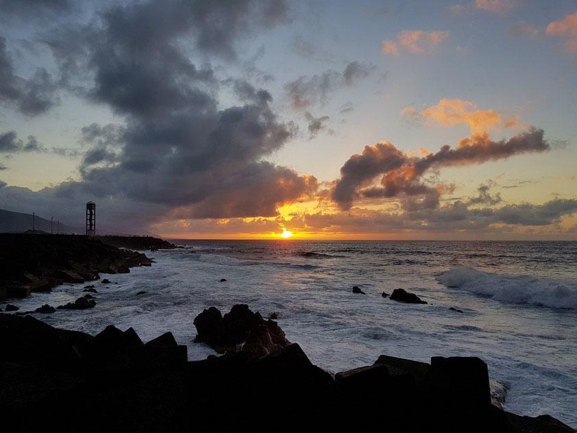 Sonnenuntergang. Blick von der Mole des Fischerhafens Puerto de la Cruz nach W