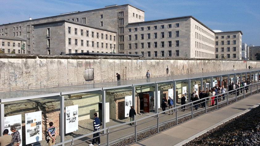 Ausstellungsgraben an der Niederkirchnerstraße mit Resten der Berliner Mauer (Gebäude im Hintergrund: Bundesministerium der Finanzen)
