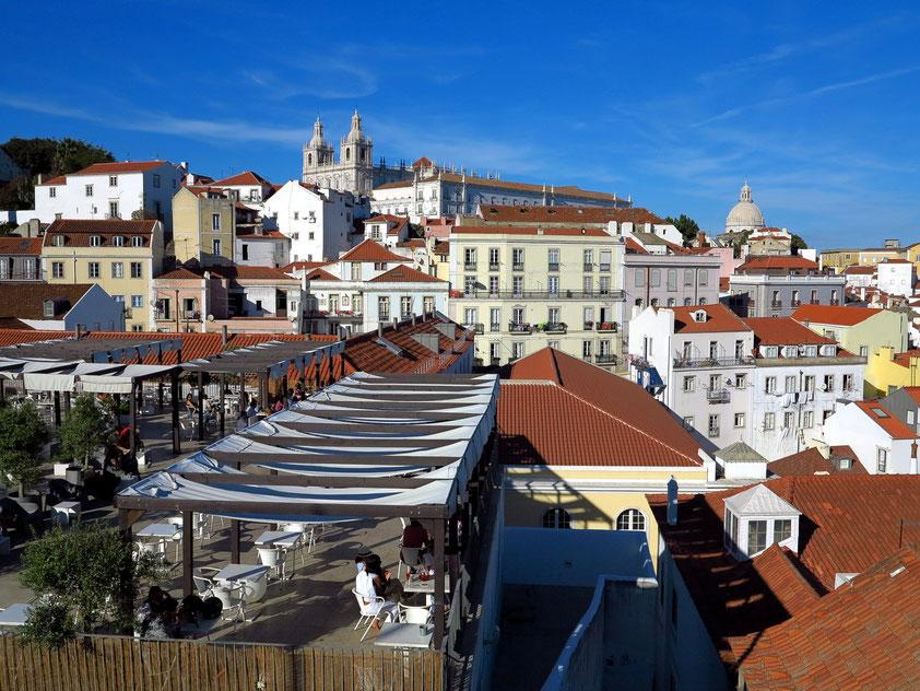 Stadtteil Alfama, Blick vom Miradouro de Santa Luzia nach Osten, Kirche São Vicente de Fora (links) und Panteão Nacional (rechts)
