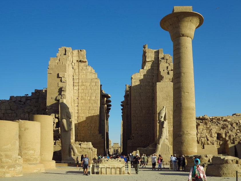 Großer Vorhof vor dem Zweiten Pylon. Die beiden einst 14 Meter starken und 35 Meter hohen Pylontürme sind nur bis zur Hälfte ihrer Höhe erhalten geblieben.