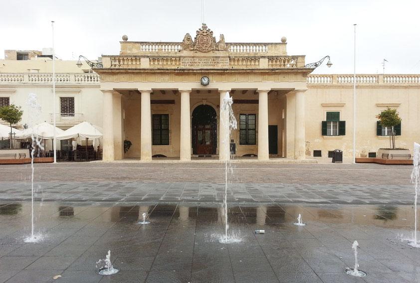Palace Square mit der Hauptwache (Main Guard). Hier residierten zur Zeit der Ordensritter die Leibwachen des Großmeisters.