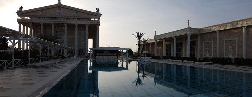 Kaya Artemis, Blick am Abend nach Westen auf den VIP Pool, das Artemis-Hotel (links) und das Convention Center (rechts)