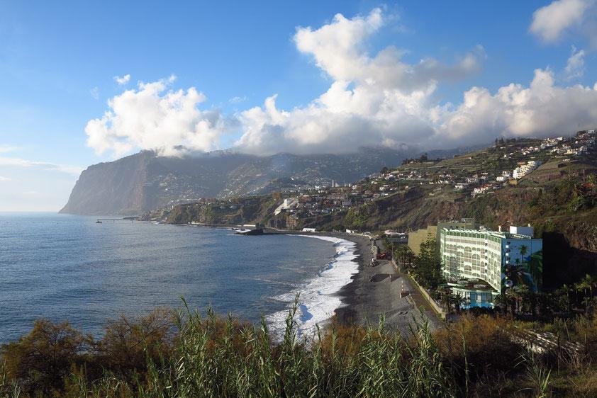 Funchal, Blick vom Hotel Golden Residence nach Westen zum Cabo Girao