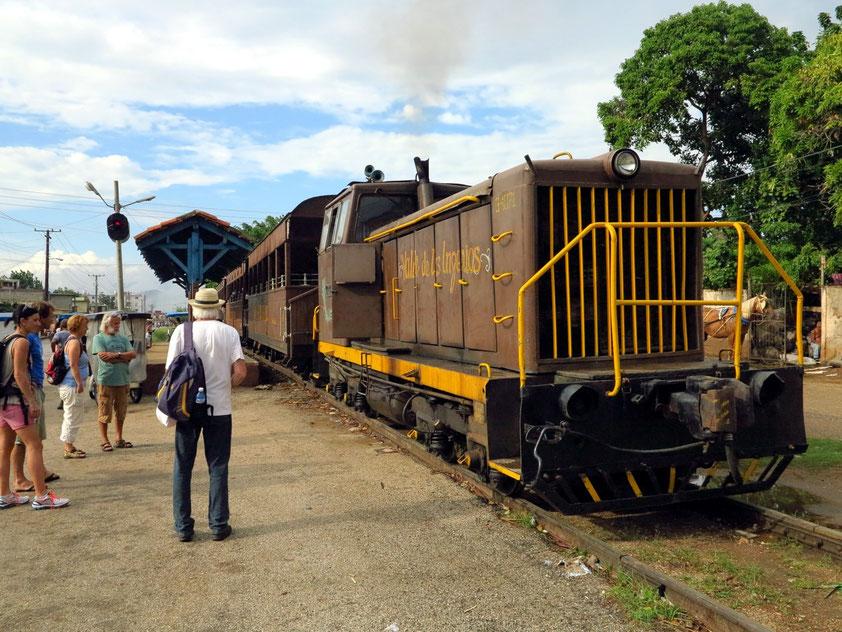 "Der Zug ""Valle de los Ingenios"" am Zielbahnhof"