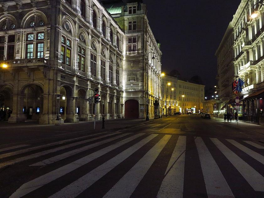 Blick von der Kärntner Straße in die Philharmoniker Straße, mit der Staatsoper (links) und dem Hotel Sacher (rechts)