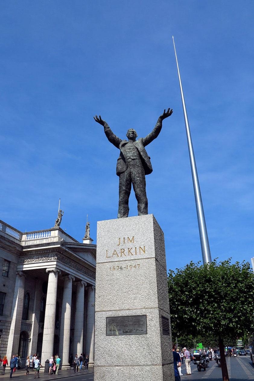 Dublin. Statue des Gewerkschafters James Larkin auf der O'Connell Street,  links General Post Office, ein nationales Denkmal von 1818, rechts der 120 Meter hohe Spire, eine silberglänzende Nadel, neues Wahrzeichen von Dublin.