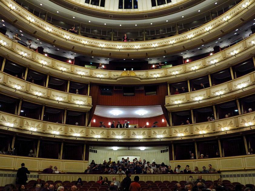 Zuschauerraum (1700 Sitzplätze und 560 Stehplätze), mit Blick von der Bühne auf die Ränge, die ehemalige Kaiserloge und die Stehplätze