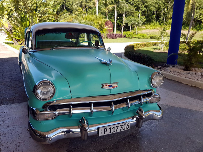 Unser Taxi vom Hotel Paradisus Río de Oro zum Flughafen Holguín (Aeropuerto International Frank País): ein Chevrolet, Baujahr 1954