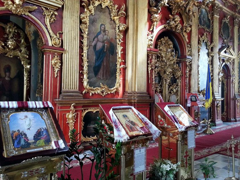 Ikonostase und Ikonen im Altarraum