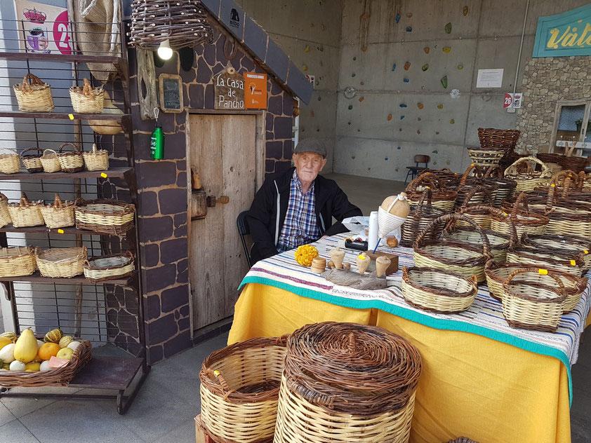 Der 91-jährige Francisco verkauft seine Korbwaren auf dem Sonntagsmarkt von Frontera. Erinnerungen an El Hierro in den 60er und 70er Jahren
