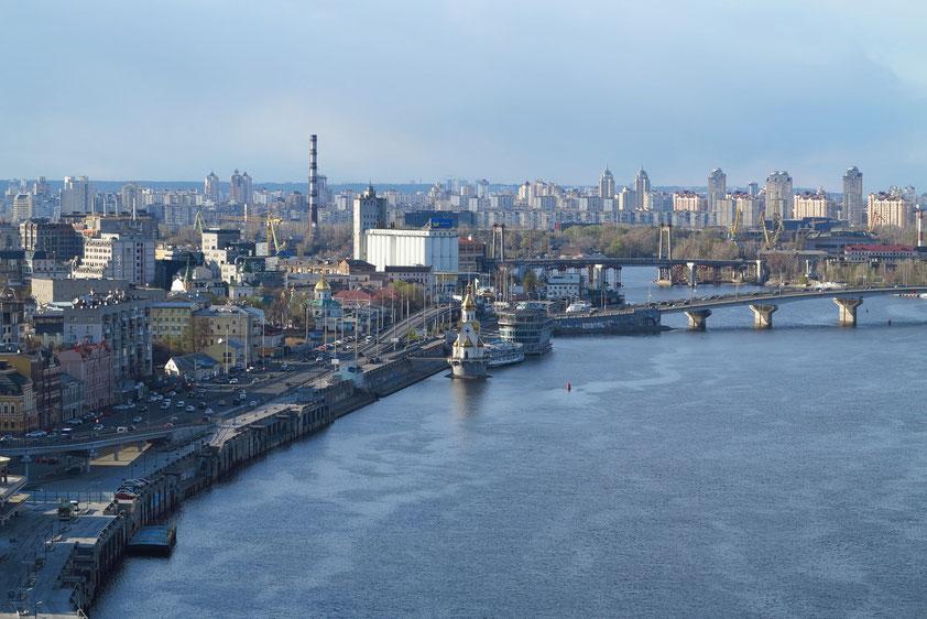 Der Stadtteil Podil (links) am westlichen Ufer des Dnepr