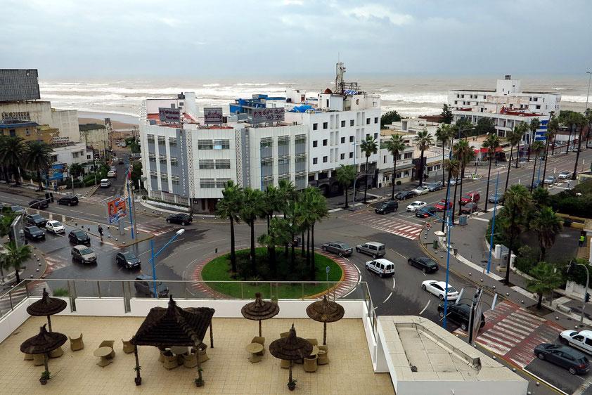 Casablanca. Blick von unserem Zimmer des Hotels Suisse auf das Meer mit starker Brandung