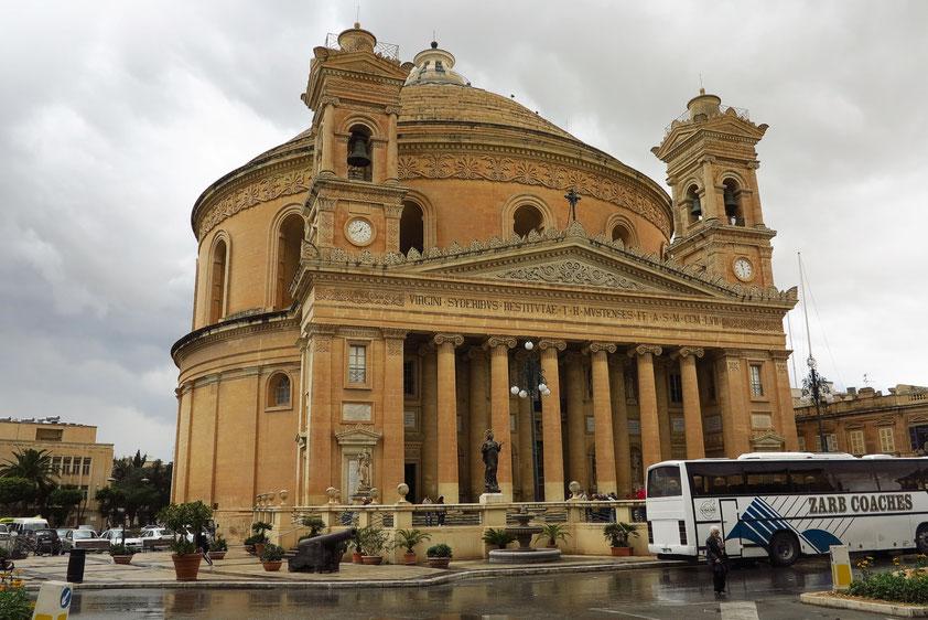 Mosta mit seiner bedeutenden Kuppelkirche Mariä Himmelfahrt (drittgrößte Kuppelkirche Europas), 52 m Durchmesser, ca. 60 m Höhe, 1833 - 1871. Im Kircheninnenraum Platz für ca. 12 000 Menschen