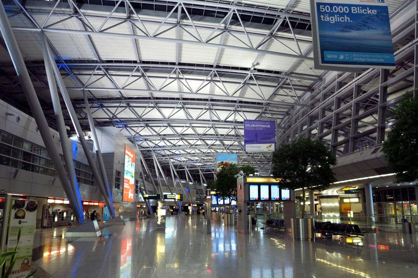 Flughafen Düsseldorf, Terminal B, am 24. 02. 2014, 3:45 Uhr
