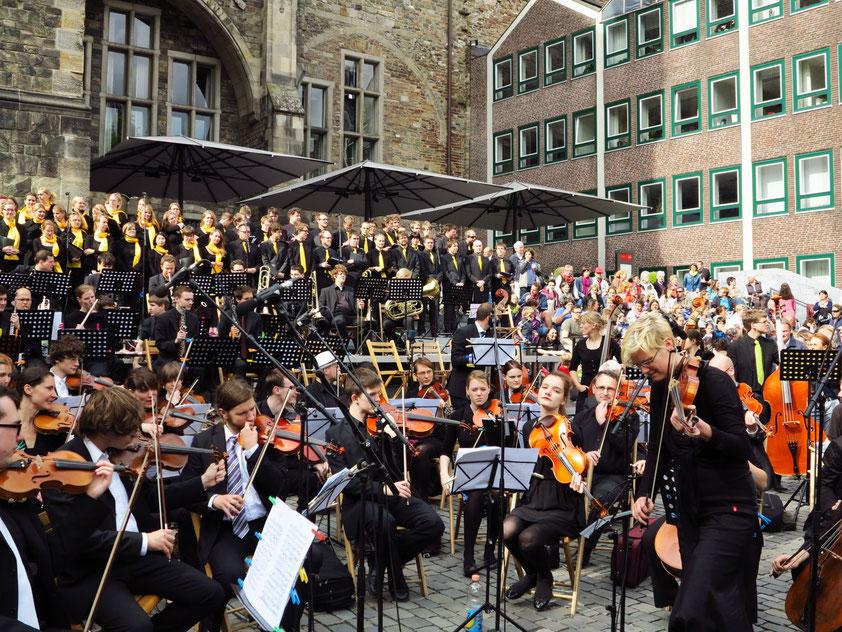Aachener Studentenorchester und Studentenchor auf dem Katschhof