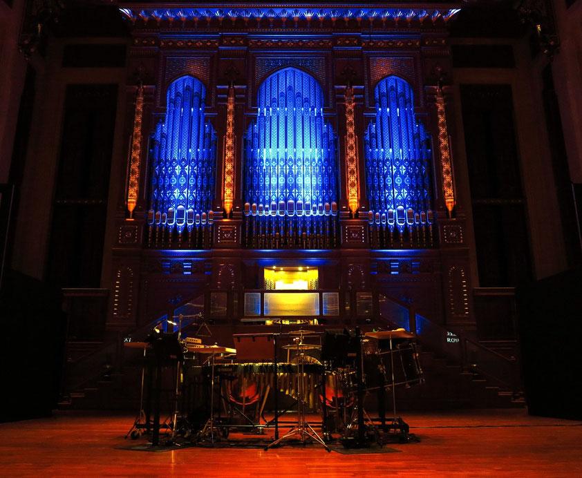 """Bühne mit der Klais-Orgel und Percussionsinstrumenten.  Aufführung des Stummfilmklassikers """"Der General"""" von und mit Buster Keaton, 3.3.2016"""