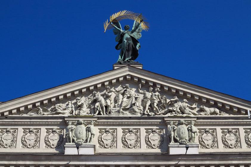 """Giebel des Opernhauses mit der Statue """"Ruhm"""""""
