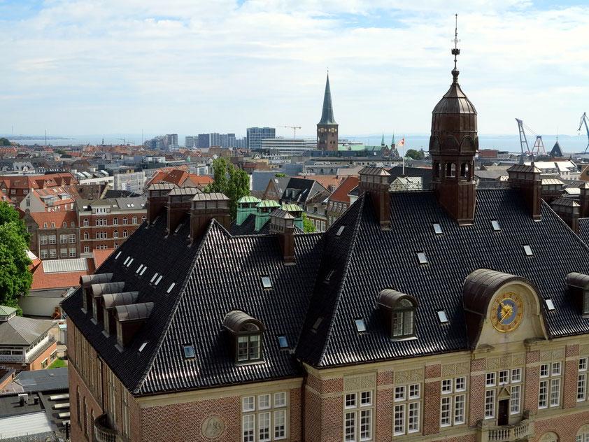 Blick vom Dach des ARoS Kunstmuseums nach Osten: Amtsgericht, Dom, Navitas und Hafengebäude