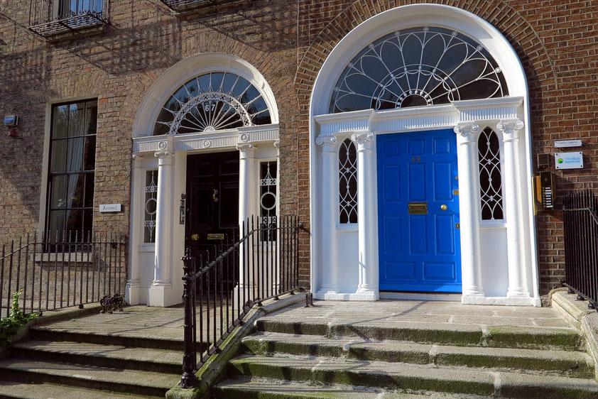 Um den 1762 angelegten Merrion Square stehen die georgianischen Wohnhäuser mit den berühmten Dublin Doors.