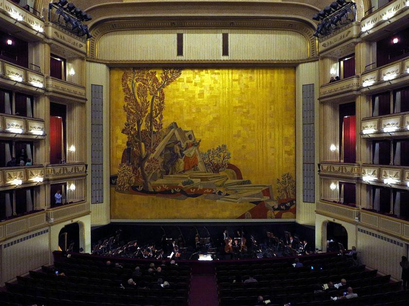Bühne mit Orchestergraben, Blick vom zweiten Rang auf den Eisernen Vorhang. Rudolf Eisenmenger wählte 1955 die Oper Orpheus und Eurydike als Hauptmotiv für die Malerei.