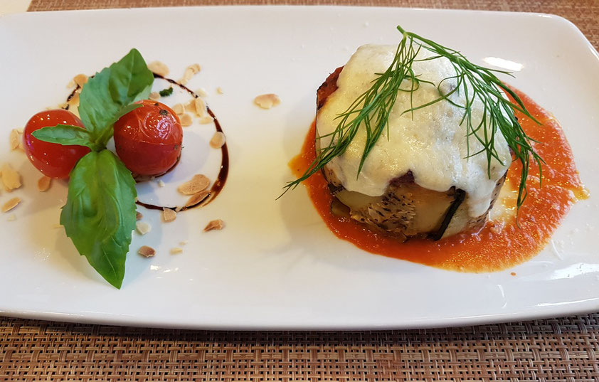 Abendessen an Bord im italienischen Restaurant Napoli Mia (A La Carte: Zucchini-Pastete mit Bavera-Rotwein)