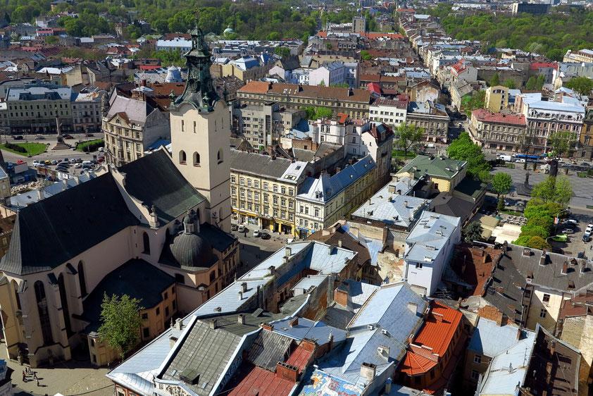 Blick vom Rathausturm nach Westen mit der Lateinischen Kathedrale Mariä Himmelfahrt (1360–1481)