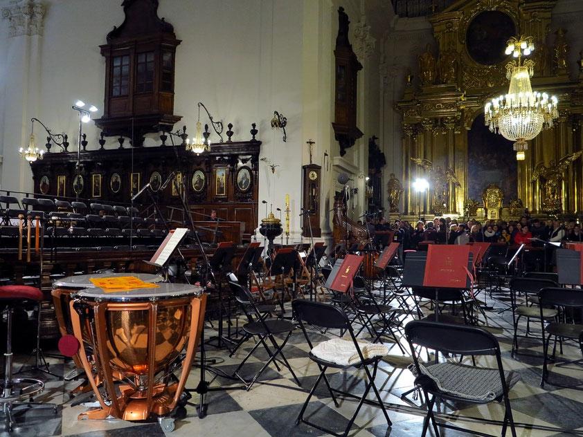 Das Orchester wird in der Vierung Platz nehmen. Links die Stühle für den Chor. Im Hintergrund ein Seitenaltar