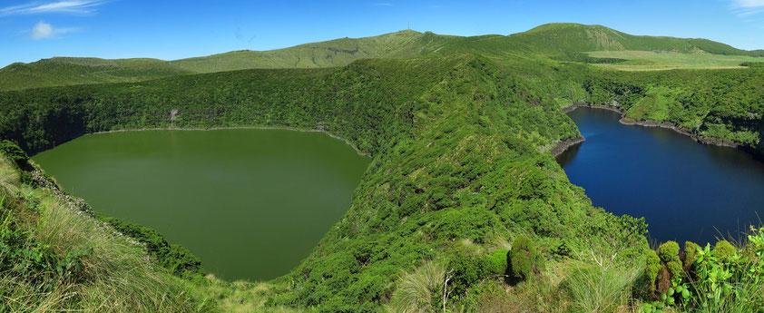Flores, Hochebene (Reserva Florestal Natural do Morro Alto e Pico da Se), mit dem Lagoa Negra (links) und dem Lagoa Comprida (rechts)