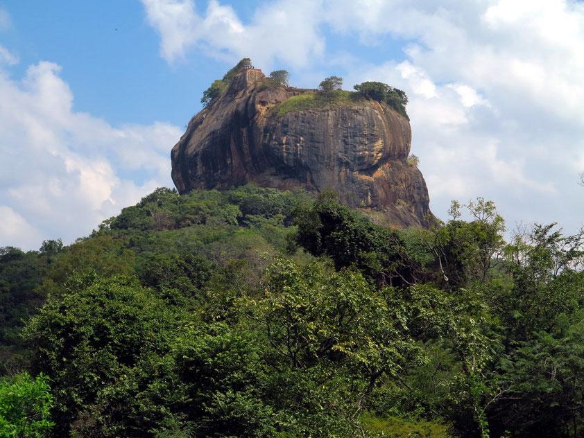 Sigiriya, ein Monolith mit den Ruinen einer historischen Felsenfestung (5. Jahrhundert n. Chr.), Blick von der Sigiriya Road