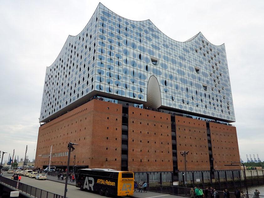 Entwurf und Planung der Philharmonie stammen im Wesentlichen vom Architekturbüro Herzog & de Meuron. Auf dem Sockel des früheren Kaispeichers von 1963 wurde ein moderner Aufbau mit Glasfassade gesetzt.