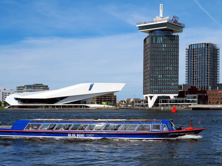 Amsterdam. EYE Filmmuseum am Fluss Ij; rechts der Shell-Tower mit dem A'DAM Lookout