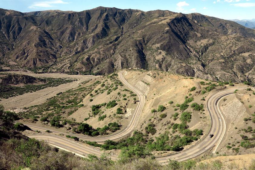 Moderner Straßenbau südlich von Sucre