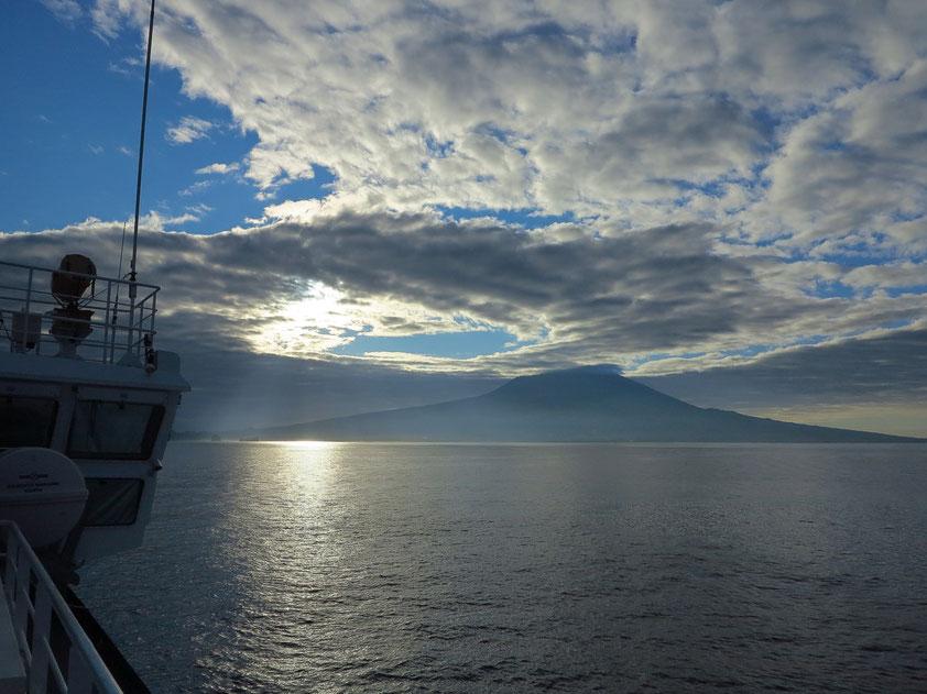 Überfahrt mit der Fähre von Horta/Faial nach Velas/São Jorge, Blick auf den Ponta do Pico (2351 m) auf der Insel Pico