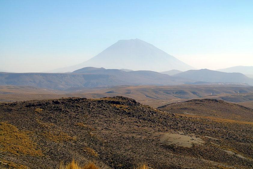 """""""Schlafender"""" Vulkan El Misti, 5 822 m, letzter großer Ausbruch 1784. Der Vulkan gefährdet bei einem Ausbruch die Stadt Arequipa."""