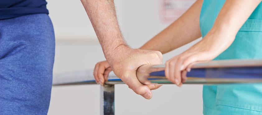 Zwei Patienten machen Krankengymnastik