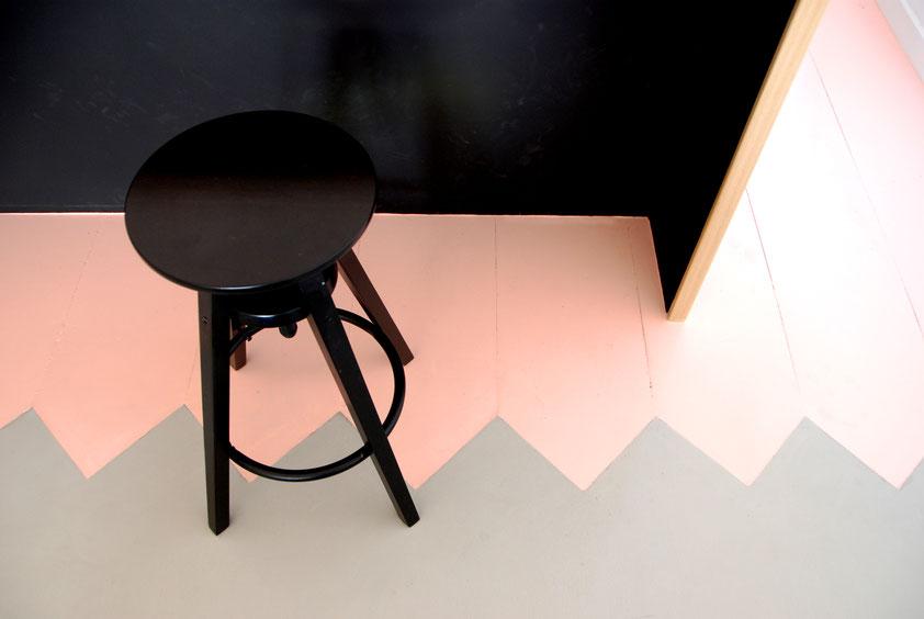 Détail sol - plancher sur mesure bois peint et béton ciré