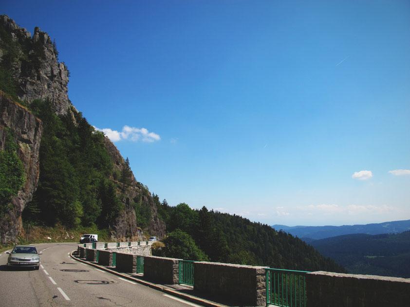 foret route montagne crêtes camion mercedes