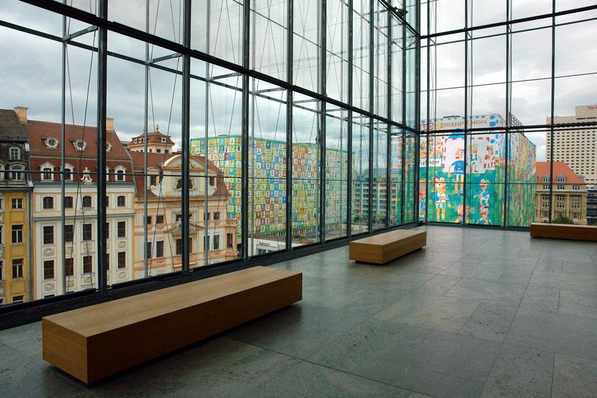 Raumerlebnis. Museum der Bildenden Künste (MdbK), Blick auf Katharinenstraße 23 (Romanushaus) und Brühl mit bemalten Häusern (2007 abgerissen) (3.9.2006)