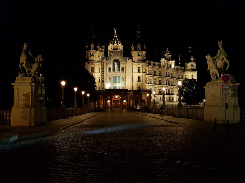 Schweriner Schloss bei Nacht