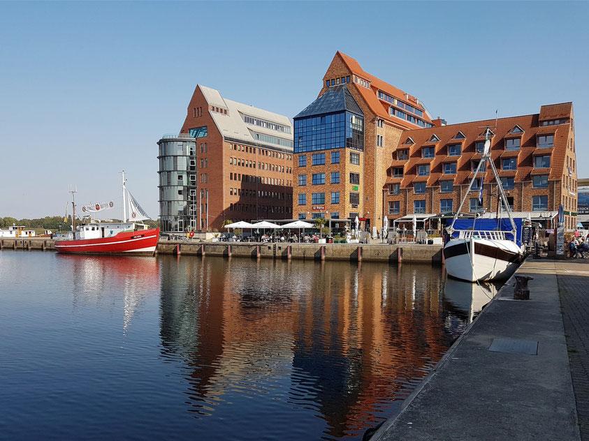 Sitz der AIDA Cruises im Rostocker Stadthafen (links)