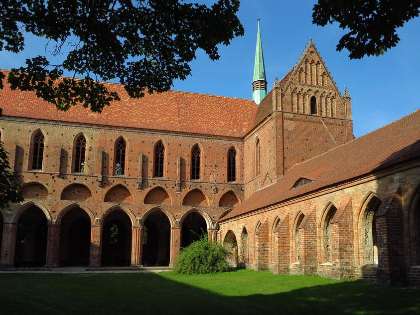 Hauptschiff der Klosterkirche mit  unterschiedlichen Baufortschritten, rechts (östlich) dunkler: gotische Spitzbögen (1. Bauabschnitt), links Rundbögen: 2. Bauabschnitt