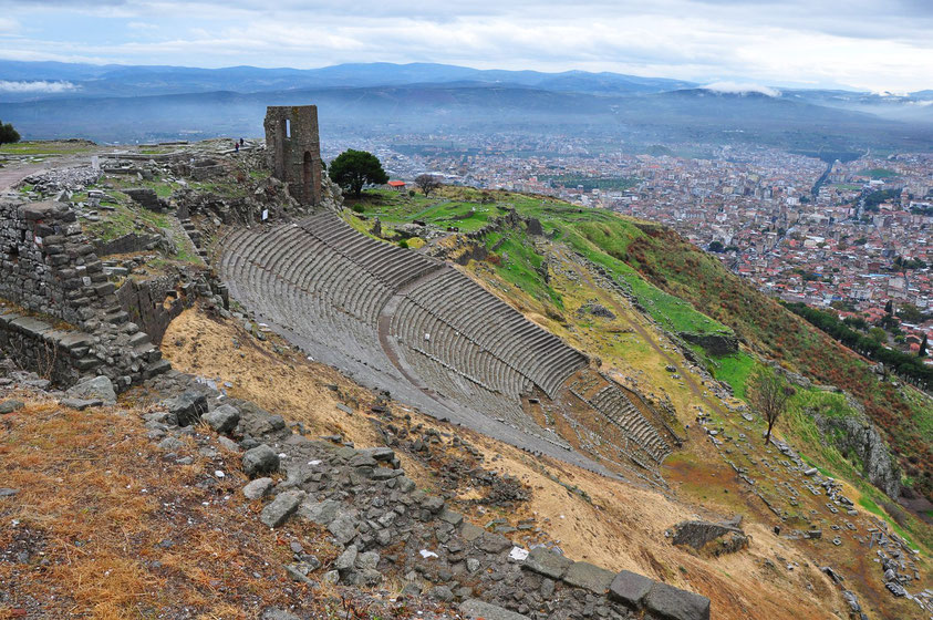 Pergamon. Der Südwesthang des Burgbergs mit dem Theater, dahinter die Fundamente des Zeusaltars, der sich heute im Pergamon-Museum in Berlin befindet