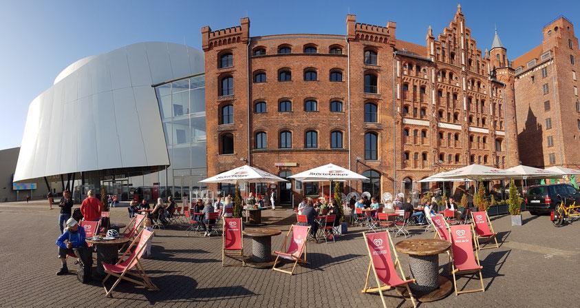 Ozeaneum und Speichergebäude mit Restaurants an der Hafenstraße von Stralsund (Panoramaaufnahme)