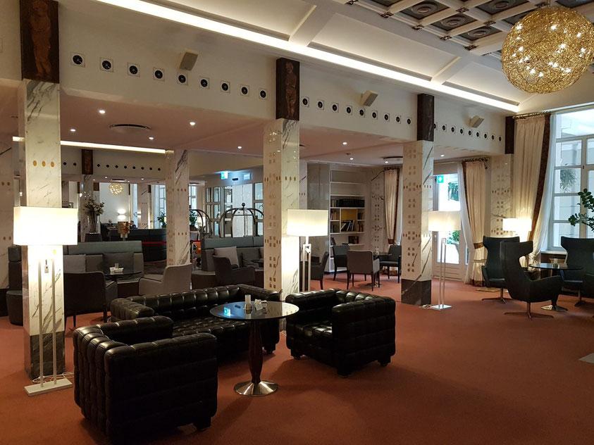 In der Lobby des Hotels Steigenberger