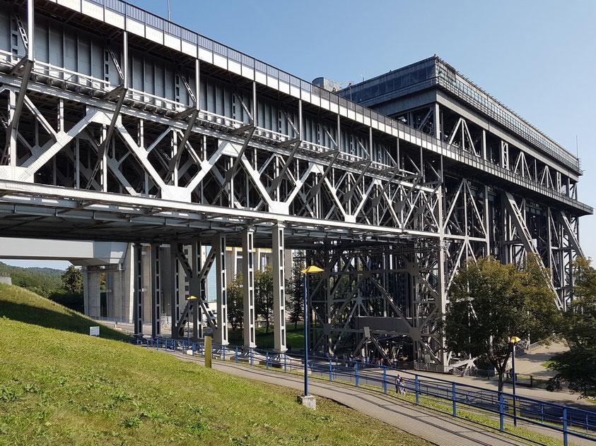 Altes Schiffshebewerk Niederfinow, 1927 - 1934 erbaut. Blick auf die Stahlkonstruktion der Zufahrtsbrücke (links) und das Hebewerk (rechts)