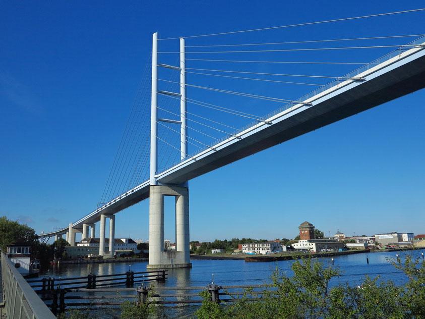 Rügenbrücke (B 96), im Jahr 2007 fertiggestellte dreistreifige Hochbrücke ausschließlich für den Kraftfahrzeugverkehr zwischen Stralsund und Altefähr auf Rügen