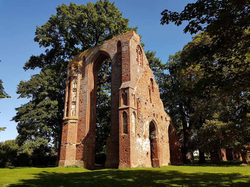Klosterruine Eldena (oder Hilda), ehemaliges Zisterzienserkloster, Westende der Abteikirche von Südwesten.  Caspar David Friedrich machte die Ruine weltbekannt.