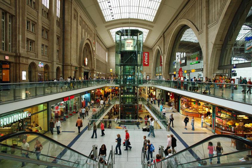 Promenaden im Leipziger Hauptbahnhof (Querbahnsteighalle mit Einkaufszentrum 2006) (2.9.2006)