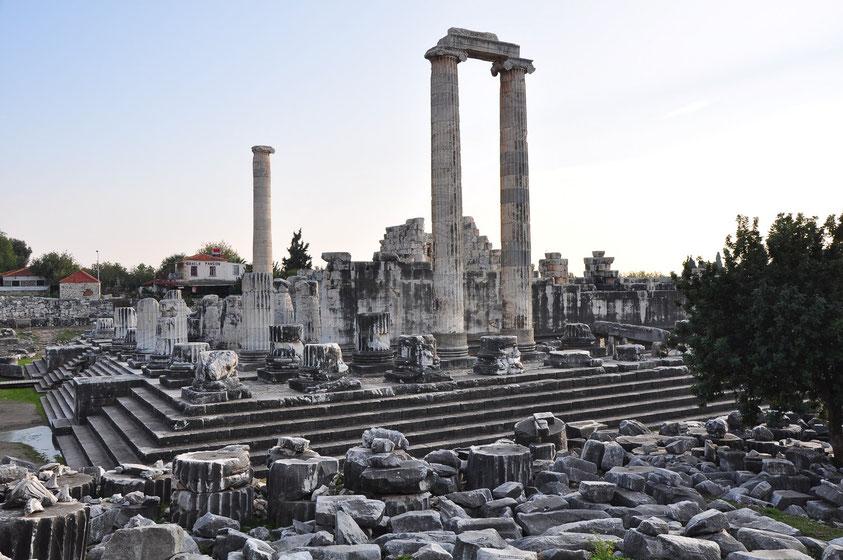Der Apollon-Tempel, einer der am besten erhaltenen Großbauten des Altertums. Das Orakel hatte wahrscheinlich schon im 7. Jahrhundert v. Chr. einen internationalen Ruf.