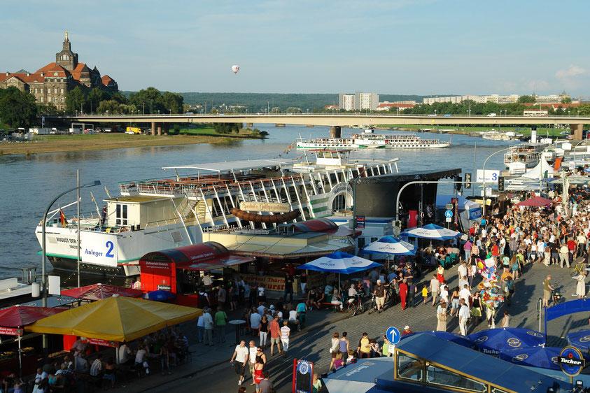 Dresden, Blick von der Brühlschen Terrasse auf die Elbe mit Carolabrücke (Dresdener Stadtfest 22.8.2010)